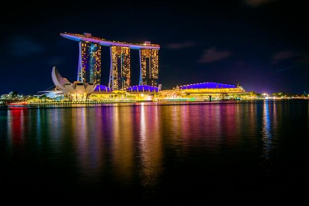 Edifícios da paisagem urbana de noite de singapura na área de marina bay singapura