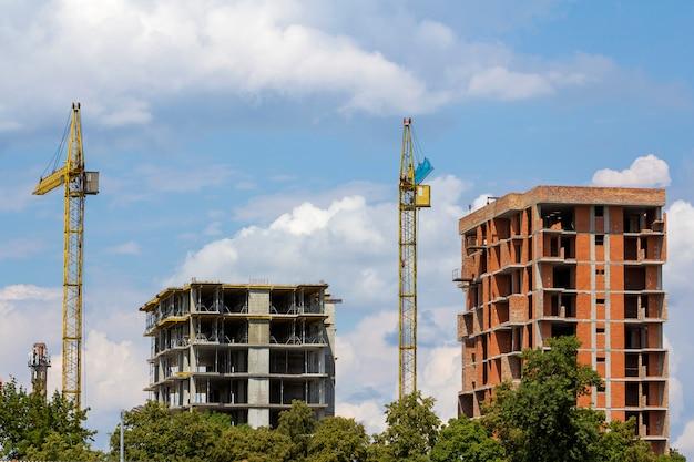 Edifícios de apartamento sob a construção.