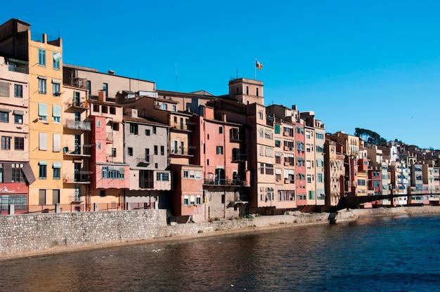Edifícios de apartamentos à beira-mar