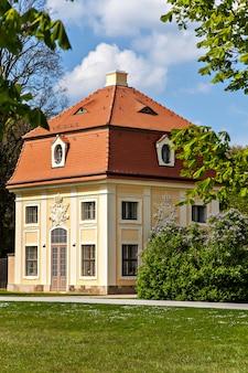 Edifícios de apartamentos perto do castelo moritzburg alemanha