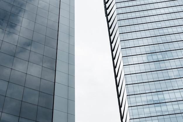 Edifícios de baixo ângulo com design de vidro