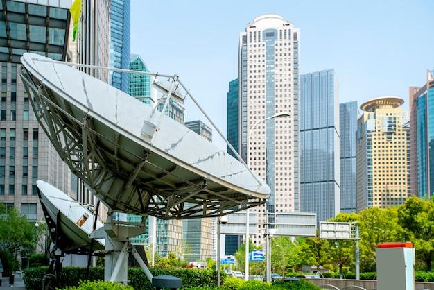 Edifícios de escritórios e receptores de sinais de satélite para edifícios comerciais