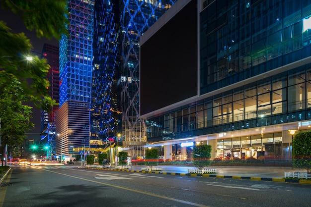 Edifícios de escritórios e rodovias à noite no centro financeiro, shenzhen, china