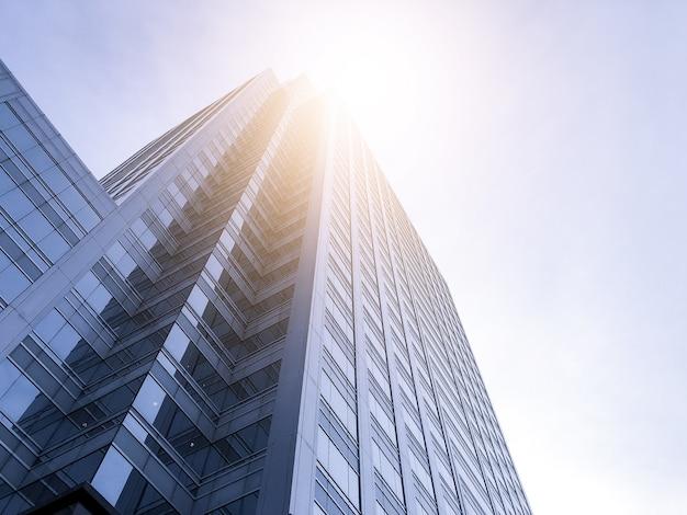 Edifícios de escritórios estendem-se para o céu com a luz do sol.