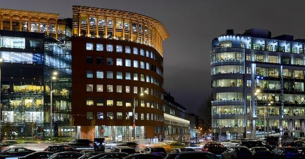 Edifícios de escritórios modernos à noite em moscou, rússia