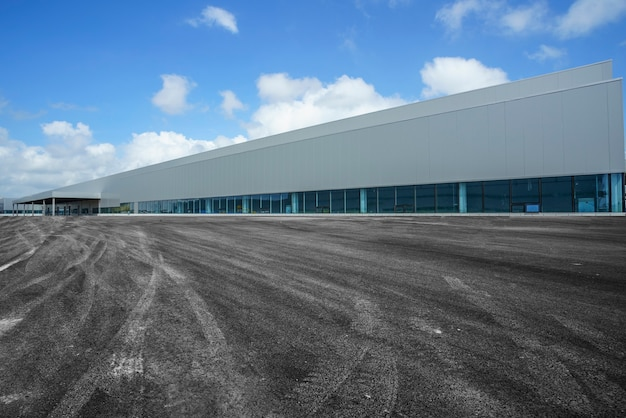 Edifícios de fábricas modernas e estradas de asfalto sob o céu azul