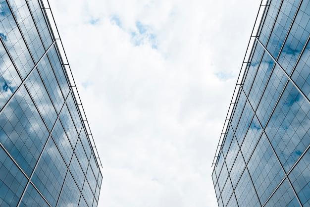 Edifícios de gêmeo de baixo ângulo vista