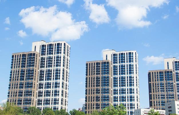 Edifícios de vários andares contra o céu azul. dois arranha-céus modernos contra o céu azul