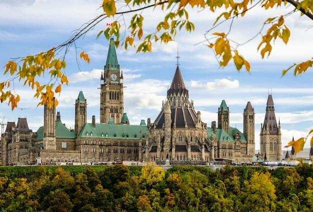 Edifícios do parlamento canadense na temporada de outono, ottawa, canadá