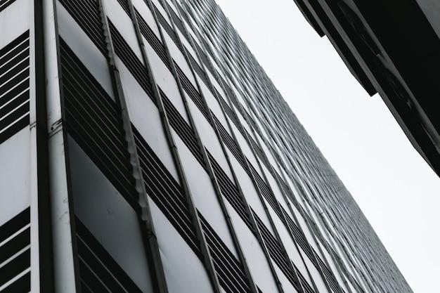 Edifícios e alto e céu olham para o topo