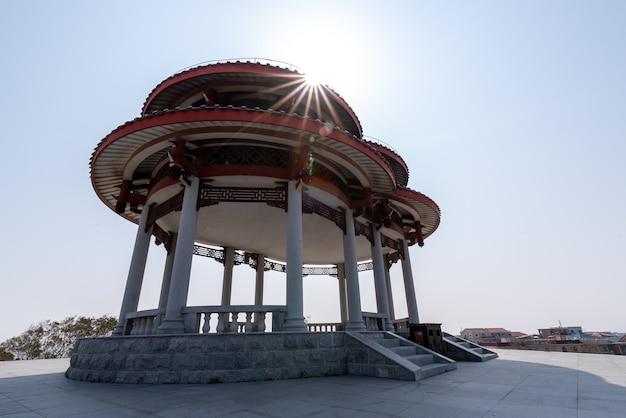 Edifícios e estátuas no parque do deus do mar mazu