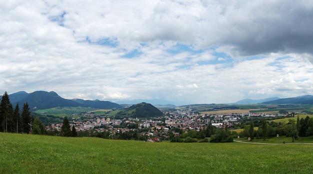 Edifícios e um gramado verde em ruzomberok, eslováquia