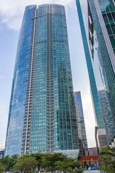 Edifícios futuristas modernos e skyscaper