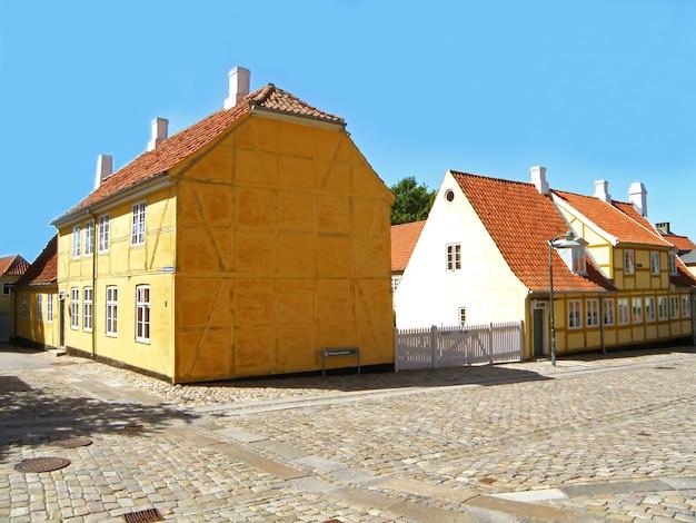 Edifícios históricos dinamarqueses coloridos na cidade de roskilde, dinamarca, escandinávia