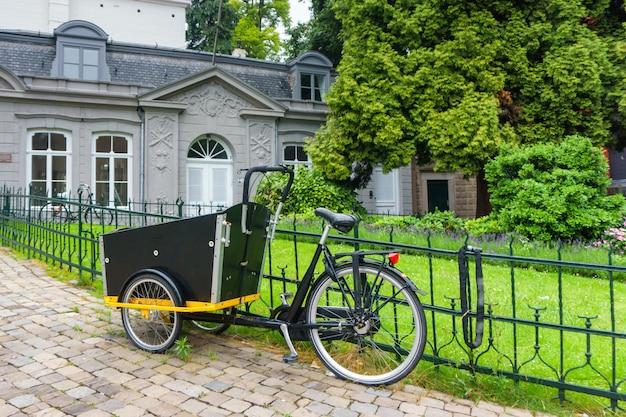 Edifícios históricos e vintage de bicicleta de maastricht, holanda