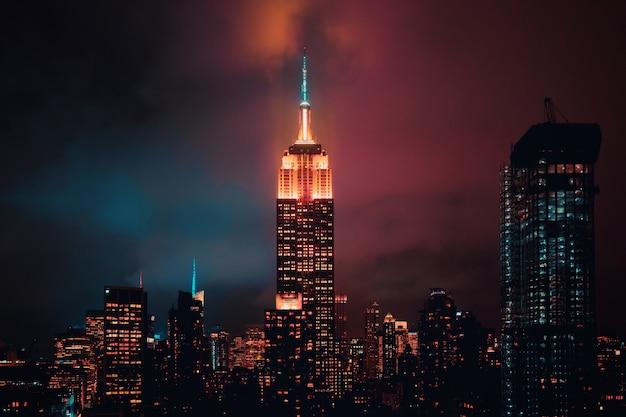 Edifícios iluminados da cidade durante a noite