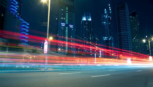 Edifícios modernos à noite e linhas de movimento