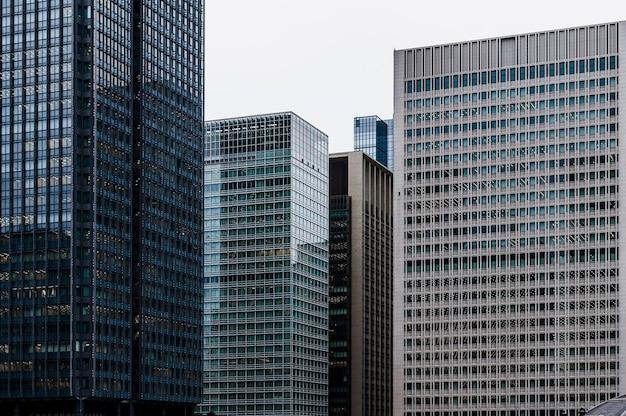 Edifícios modernos de escritórios altos