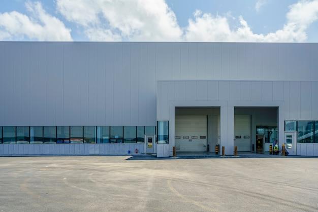Edifícios modernos de fábricas e armazéns logísticos