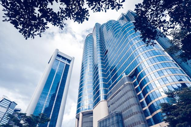 Edifícios modernos de vidro azul com reflexão. centro de negócios em kuala lumpur