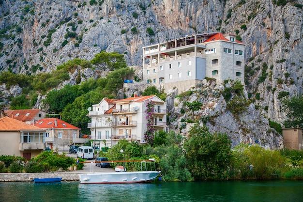 Edifícios na pequena cidade de omis, croácia