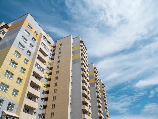 Edifícios novos bonitos e modernos. parede colorida no fundo do céu azul. copie o espaço.