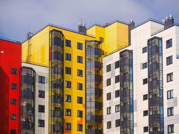 Edifícios novos bonitos modernos
