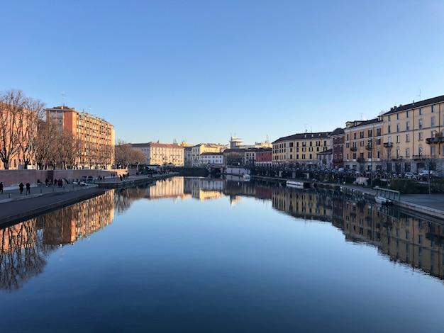 Edifícios perto do rio, cidade de darsena em milão, itália.