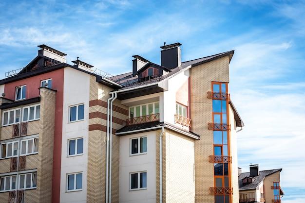 Edifícios residenciais com varandas na cidade, desenvolvimento urbano de prédios de apartamentos.