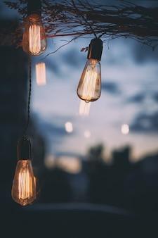 Edison lâmpada com cidade desfocar o fundo, foco seletivo