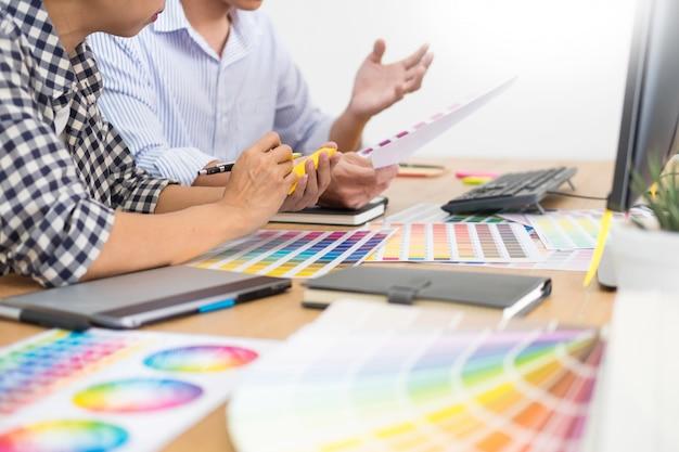 Editor de designer no trabalho de desenho esboços um novo projeto no tablet gráfico e paleta de cores