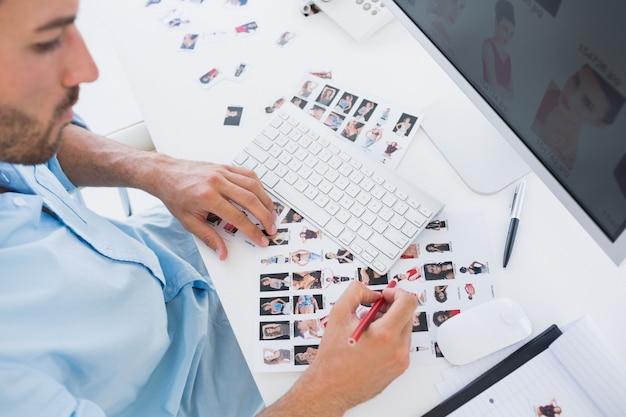 Editor de fotos masculino no trabalho no escritório