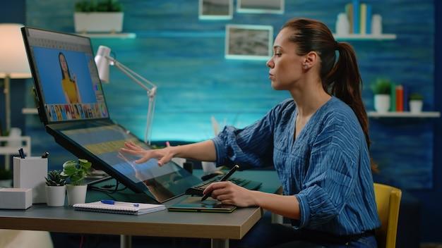Editor de imagens fazendo trabalho de retoque em computador com tela de toque