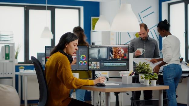 Editor de vídeo e engenheiro de som trabalhando juntos no projeto