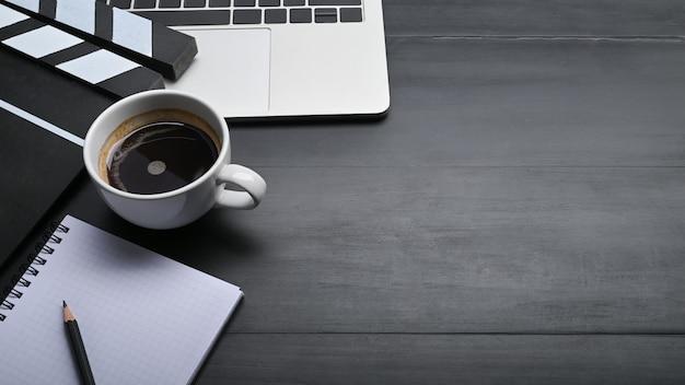 Editor de vídeo espaço de trabalho com laptop, bloco de notas e lápis com café.