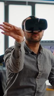 Editor de vídeo experimentando fone de ouvido de realidade virtual