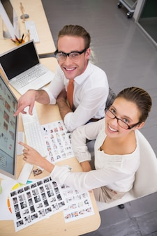 Editores de fotografia casuais no trabalho no escritório