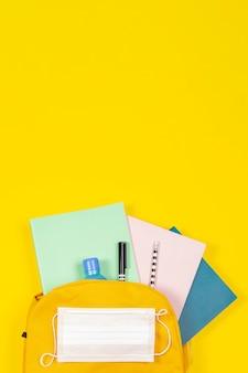 Educação, aprendizagem, volta às aulas durante a pandemia em fundo amarelo