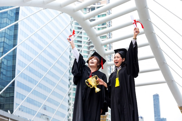 Educação, conceito de formatura com estudante feliz depois de terminar o th