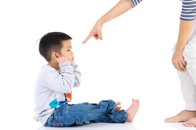 Educação da criança. mãe repreende o filho dela criança. relações familiares