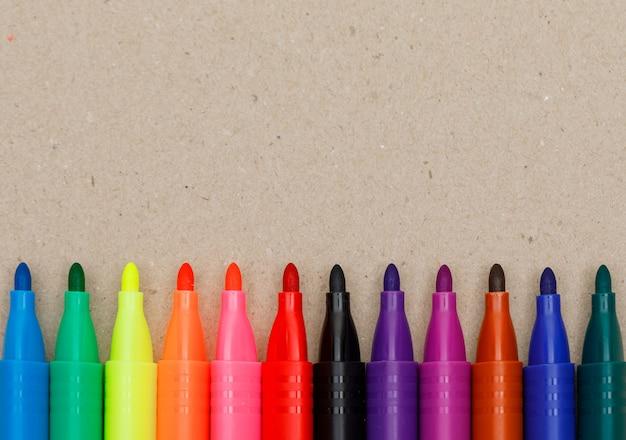 Educação e conceito de pintura com canetas de ponta de feltro no papel.