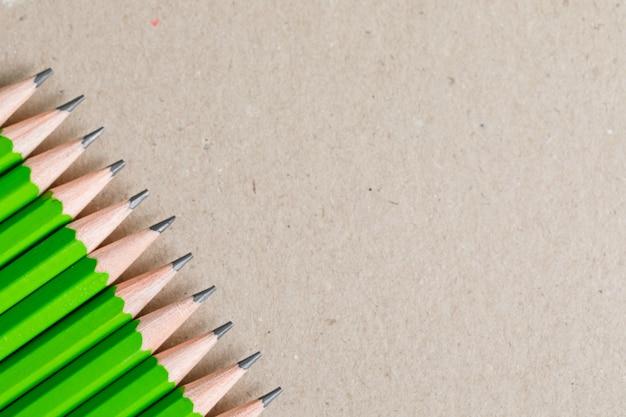 Educação e conceito de pintura com lápis comuns em papel.
