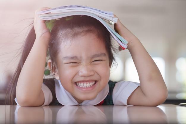 Educação e escola conceito menina bonita asiática segurar um livro e ler