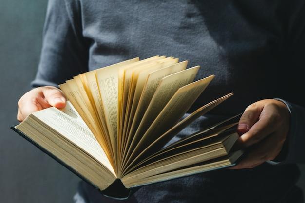 Educação e livro concept.woman segurando o livro aberto