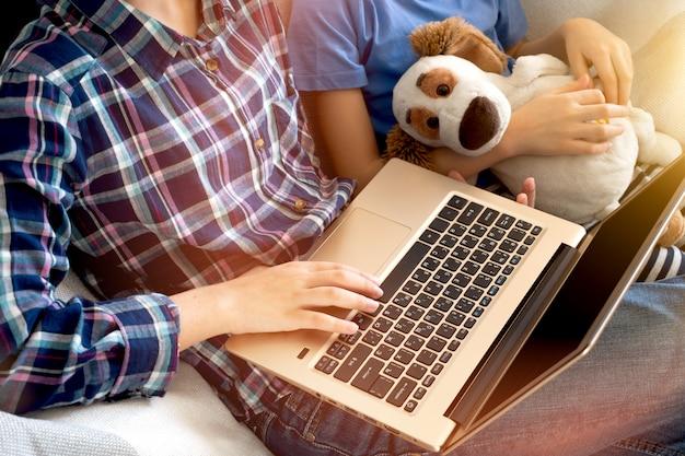 Educação e trabalho on-line a distância. menina de mulher recortada estudar trabalho de escritório remotamente em casa. usando laptop