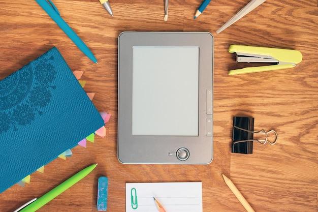 Educação ensino à distância leitura de e-books tinta eletrônica trabalho em casa escritório doméstico