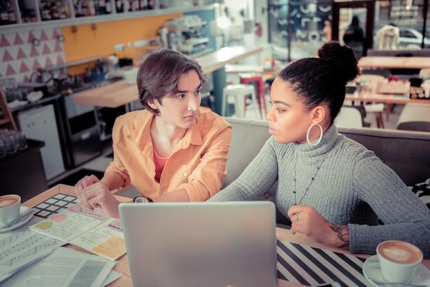 Educação informal. alunos estudando línguas estrangeiras juntos no café