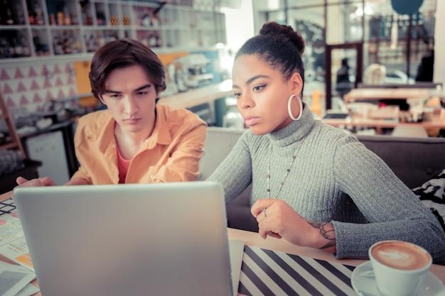 Educação informal. dois estudantes universitários aprendendo novas habilidades de programação juntos