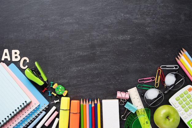 Educação ou de volta à escola suplies na lousa