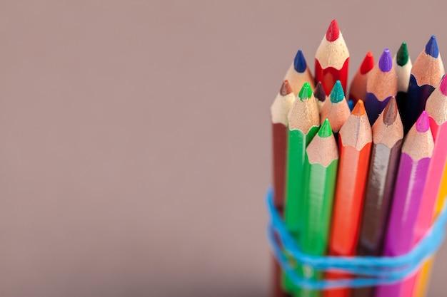 Educação ou volta às aulas conceito. close-up tiro macro de lápis de cor